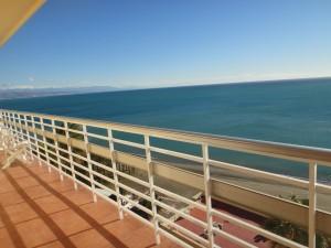 Disfruta de esta gran terraza frente al mar...