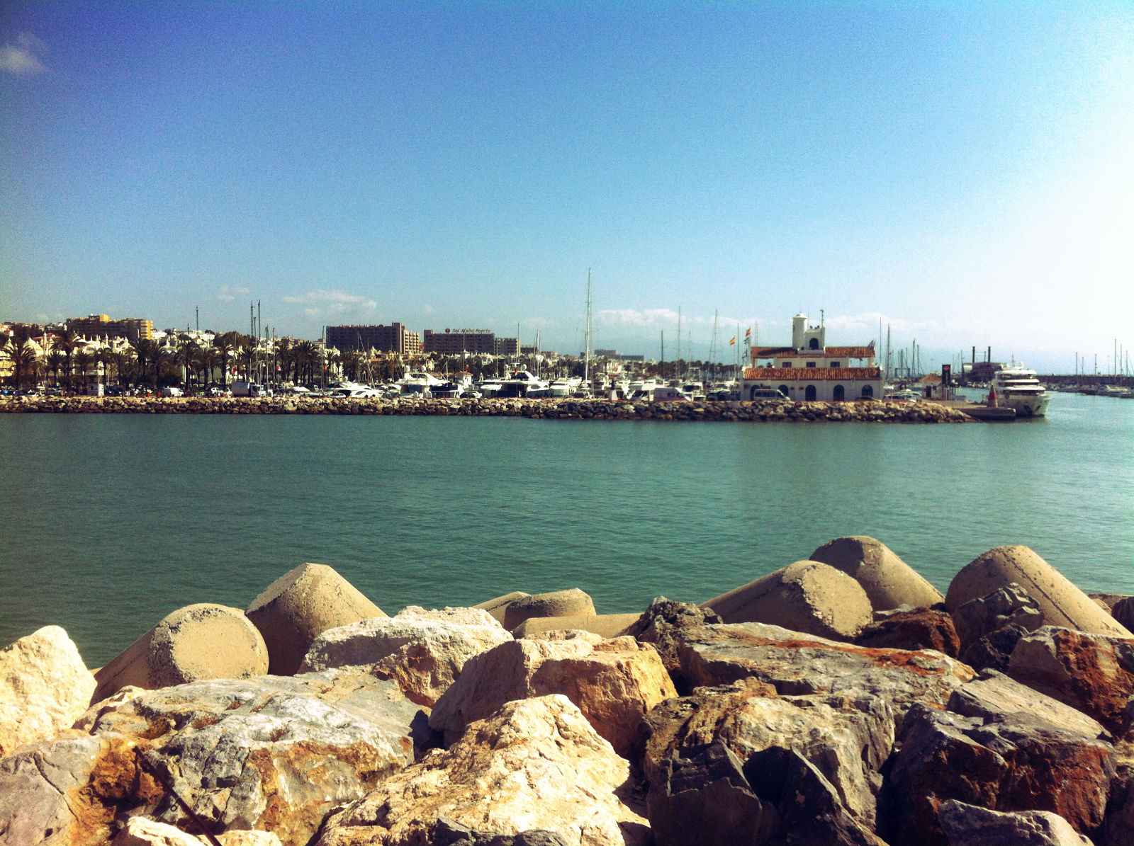 M laga apartamentos torre de la roca for Apartamentos puerto marina